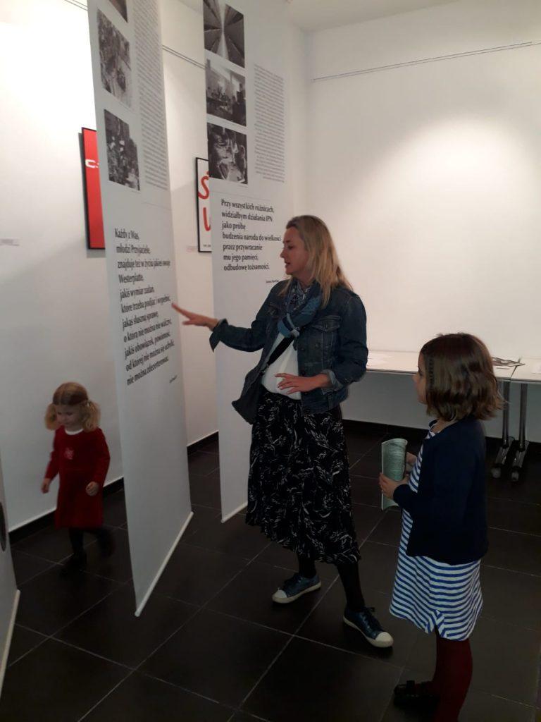 """Uczniowie zwiedzają wystawę """"Młoda grafika dla Niepodległej"""""""