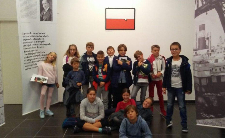 """Los alumnos visitan la exposición """"Gráfica joven polaca para la Polonia Independiente""""."""