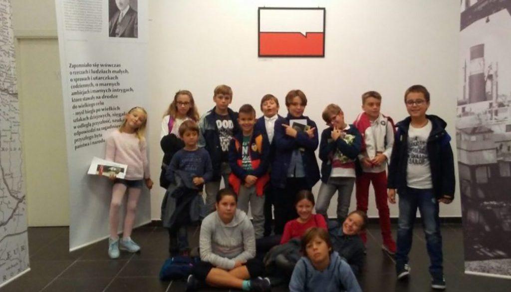 Los alumnos visitan la exposición «Gráfica joven polaca para la Polonia Independiente»