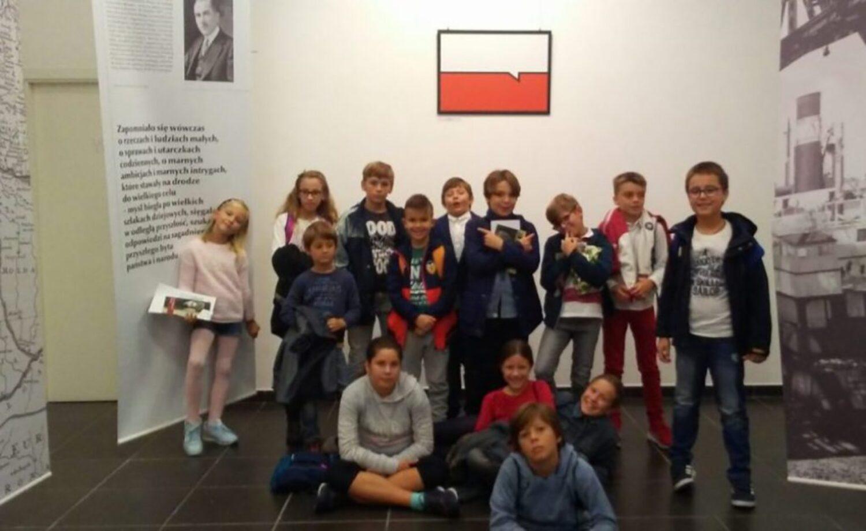 """Los alumnos visitan la exposición """"Gráfica joven polaca para la Polonia Independiente"""""""